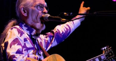 YES Guitarist Steve Howe Recalls Chuck Berry as His ''Rock God''