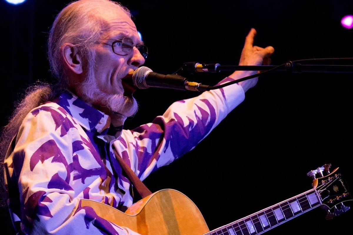 "YES Guitarist Steve Howe Recalls Chuck Berry as His ""Rock God"""